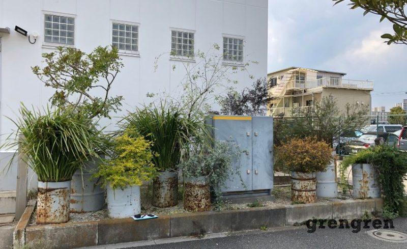 腐食したドラム缶で構成されたお庭デザイン