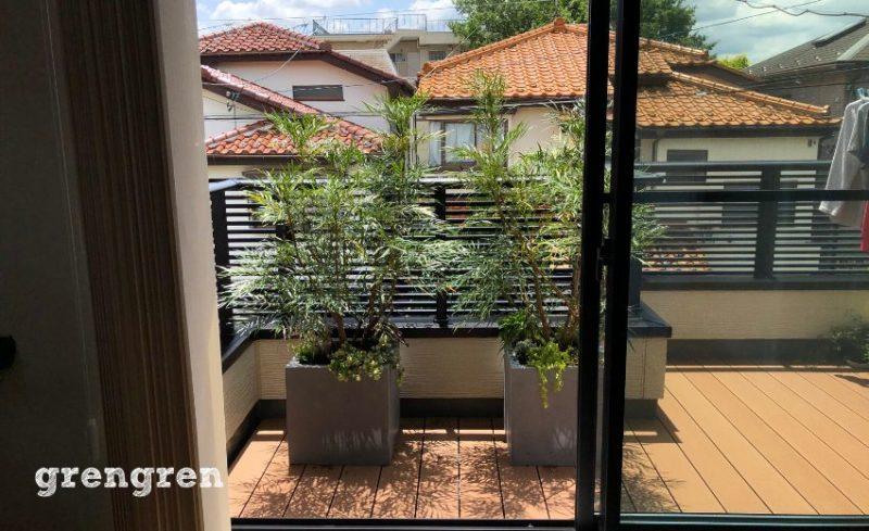 管理しやすい小さめのプランターと成長が抑えられる低木の目隠し植栽