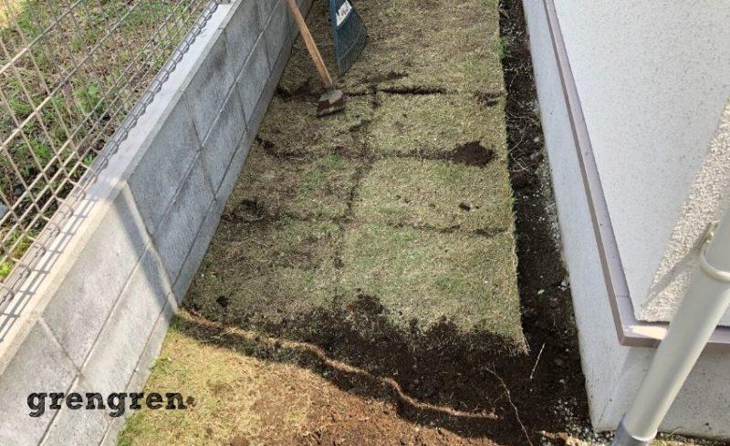芝生をはがすために芝生に切れ目をいれる作業