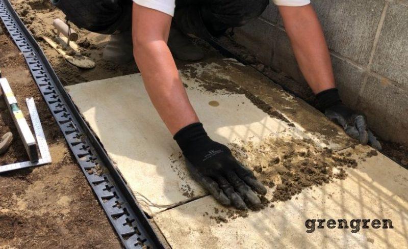 石の平板の設置方法で最後の工程の目地に砂を詰める施工
