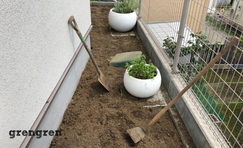 芝生をはがし終わって地面の高さを調整する工程