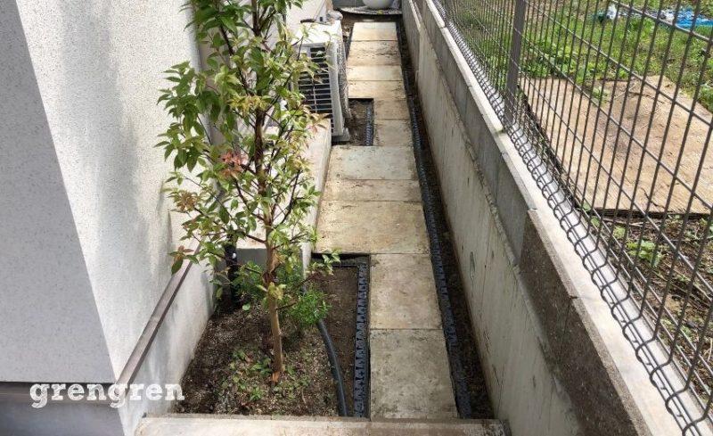 横浜市の個人邸で自然石の平板の設置が半分完成したところ