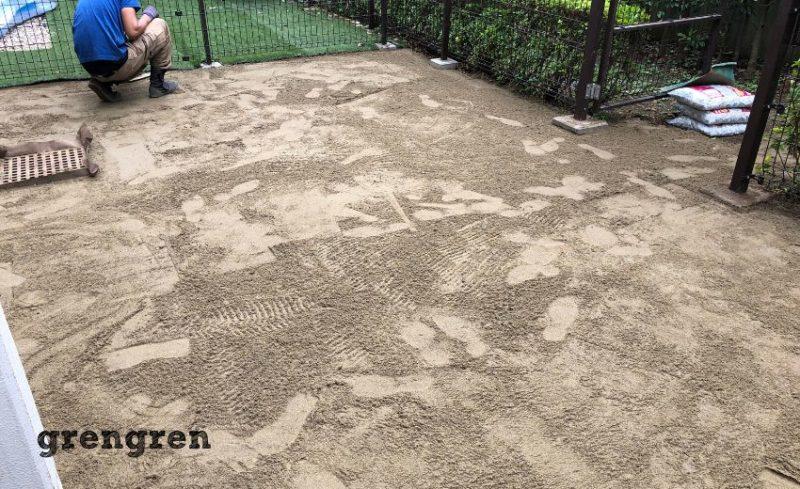 世田谷区の人工芝施工で山砂を使って地面を平にする施工方法