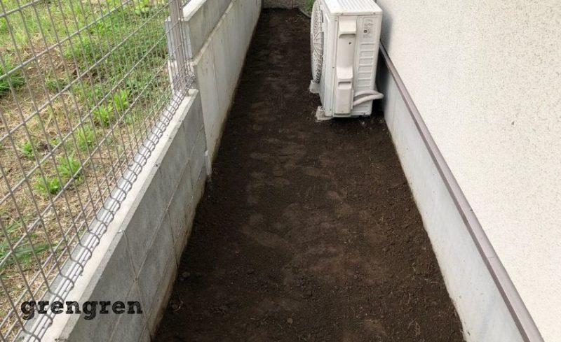自然石のステップを設置するための地面調整を行った横浜市の個人邸の庭