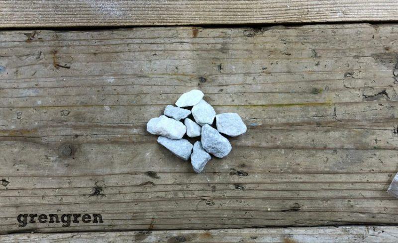 ベランダガーデンの使う緑色の珍しい自然石の砂利