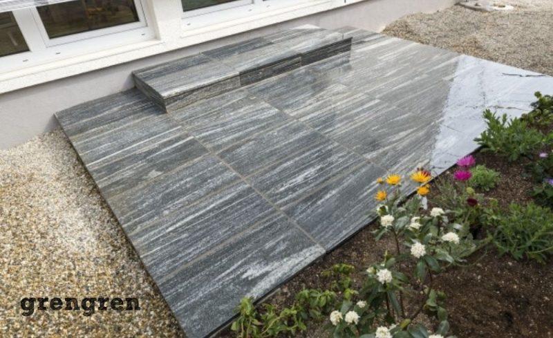 ベランダに敷く予定の自然石