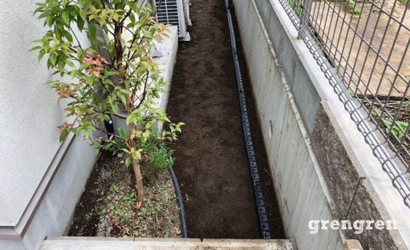 ブロック見切り材を片方に施工した横浜市の個人邸のナチュラルガーデンの庭づくり