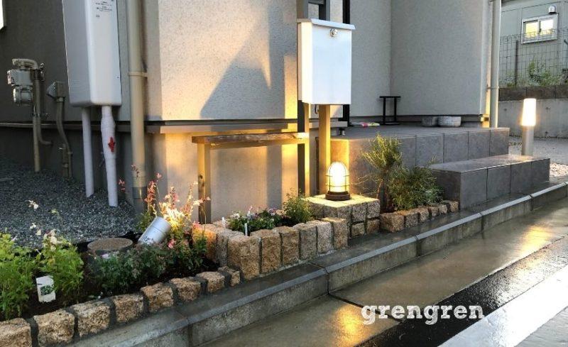 花壇として石を追加した玄関前の小さい花壇と植栽