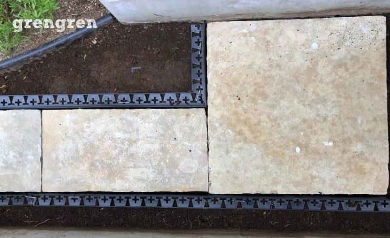 片側のブロック見切り材を設置してかた自然石を仮置きして実寸でもう片方の見切り材の位置を確認する