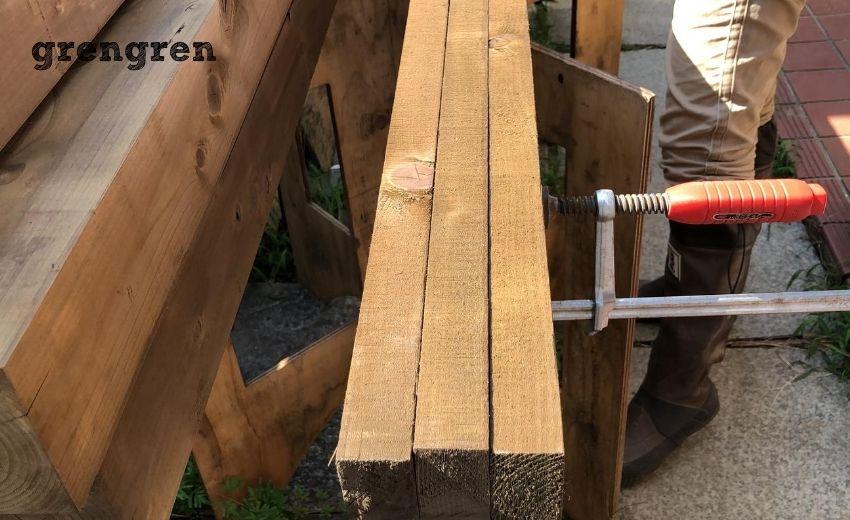 ウッドフェンスの笠木の小端の塗装