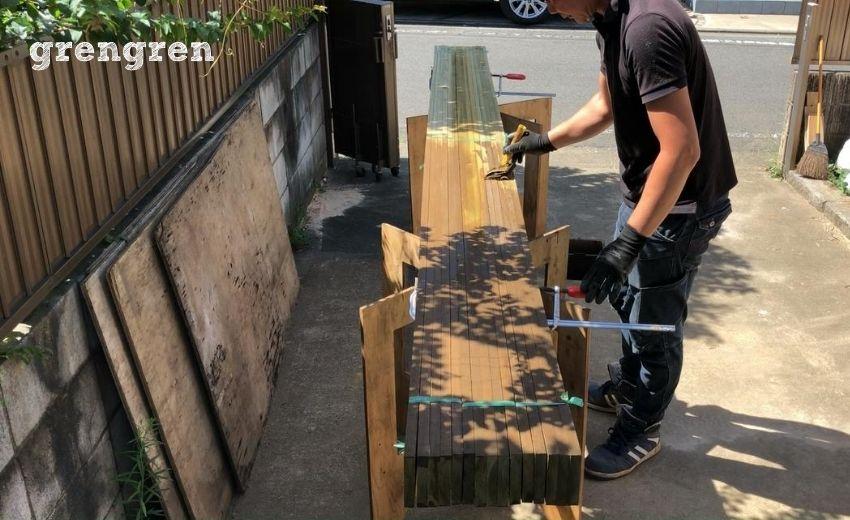 ウッドフェンスの横板の小端をまとめて塗装する