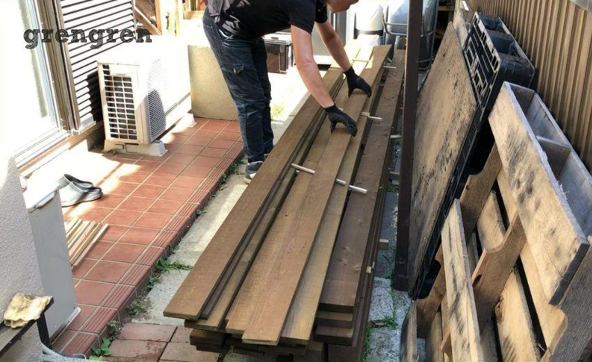 ウッドフェンスの塗装した材木を乾燥させる作業
