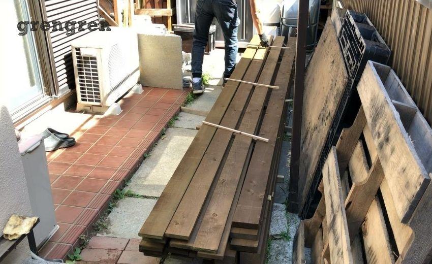 塗装した材木の乾燥させるための作業