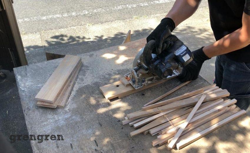 塗装した材木の乾燥のため材木の端材を細くカットする