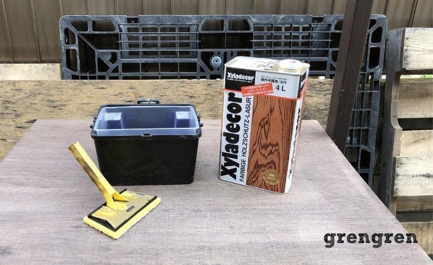 油性キシラデコールと塗装道具のバケットとコテバケ