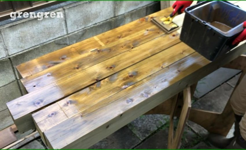 コテバケとバケットを使ってキシラデコールをしっかり材木に塗装する