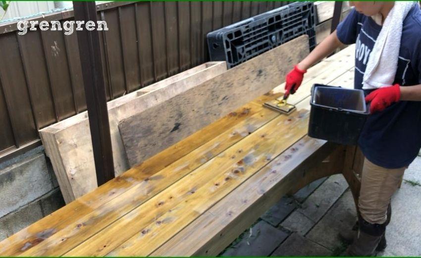 ウッドフェンスやウッドデッキのためキシラデコールを塗装する様子