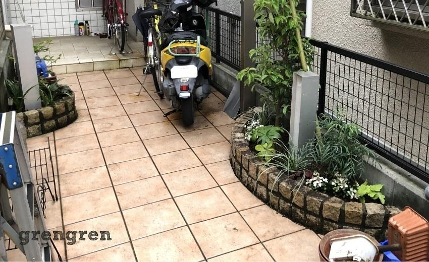 玄関前の小さな花壇の植栽