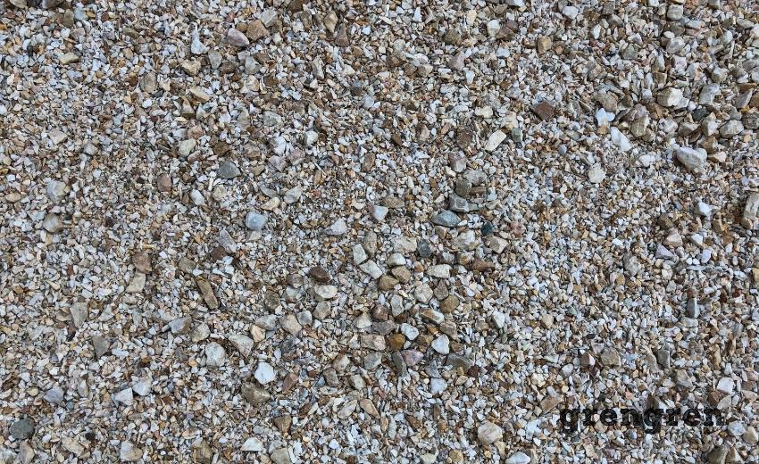 大小の砂利を混ぜたお庭づくり