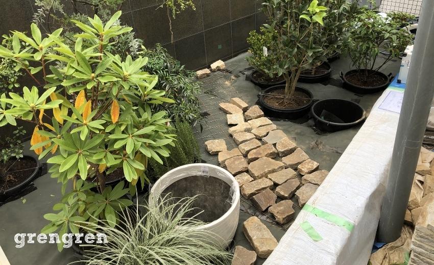 世田谷マンションの自然石の道の設置工