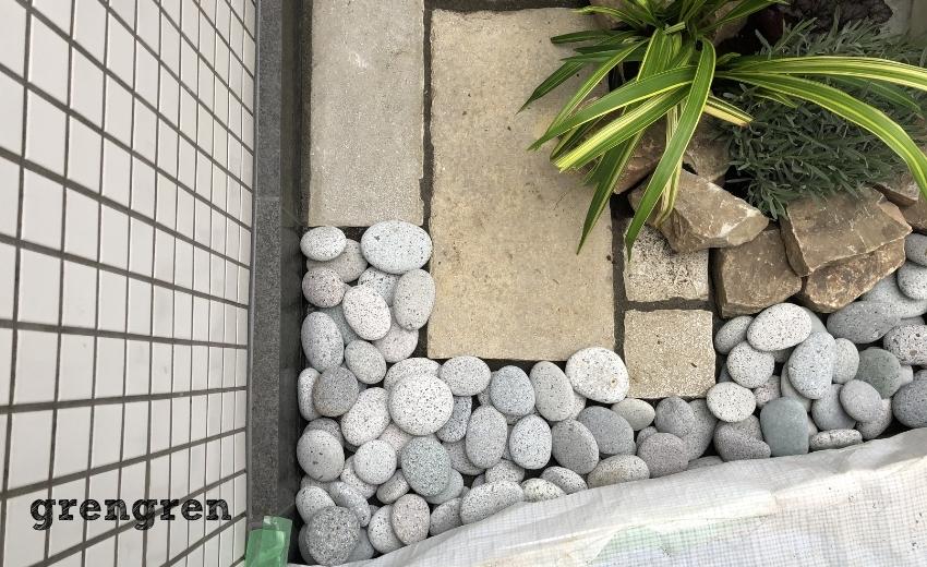 砂利と自然石の入った世田谷マンションのナチュラルガーデンの庭づくり
