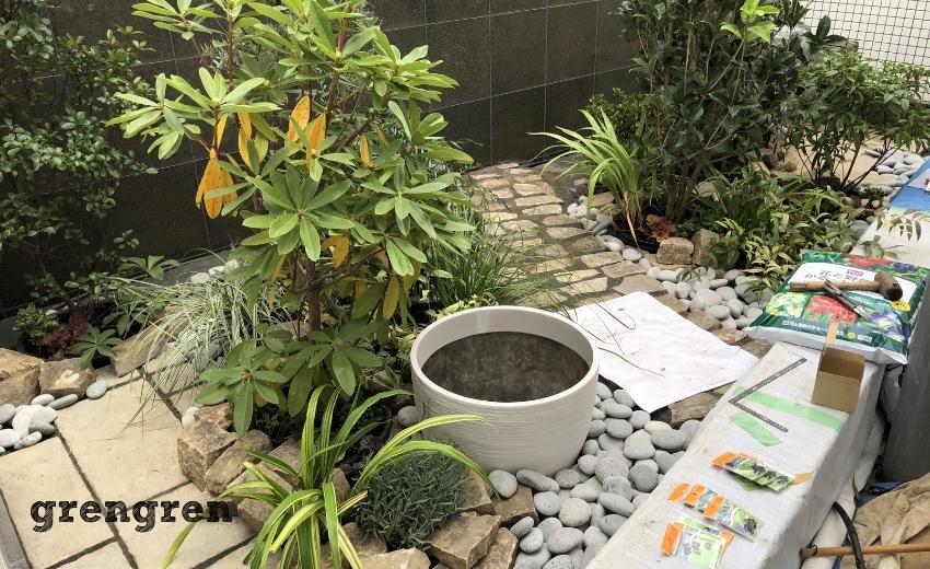潅水装置を設置していく世田谷マンションのナチュラルガーデンの庭づくり