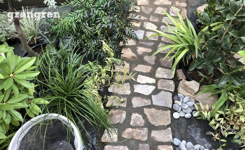 マンションのナチュラルガーデンの庭づくりの施工様子