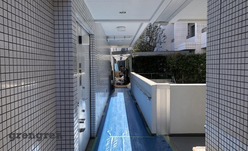 マンションの床を養生シートで保護する作業