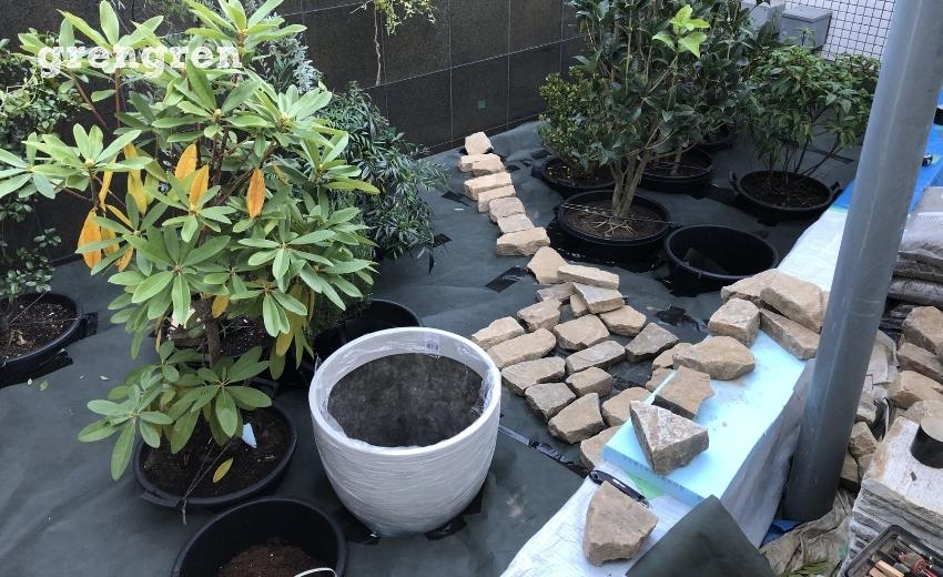 自然石の道をつくるための仮置き作業