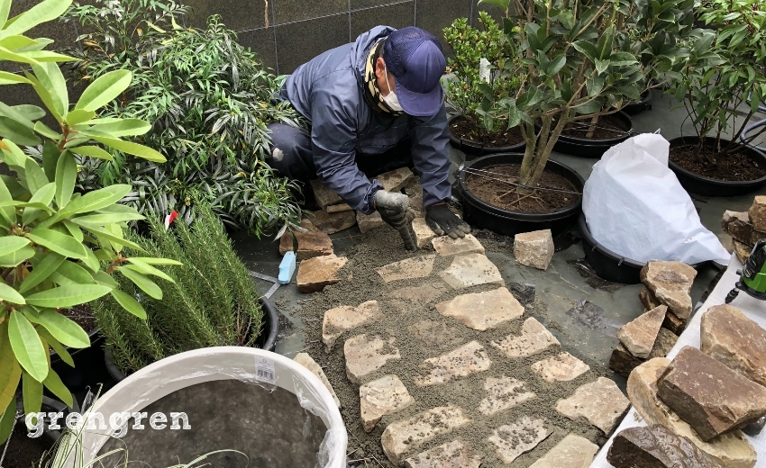 自然石の道をセメントで固定していく作業