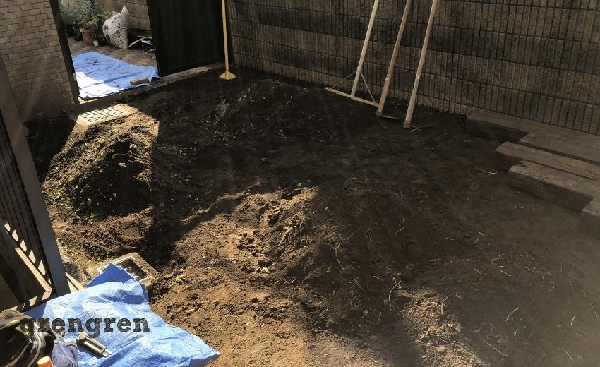 杉並区のナチュラルガーデンの庭づくりを綺麗な状態へ作り替える作業