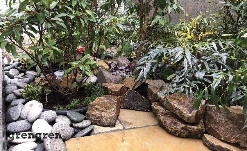 3種類の自然石が素敵なハーモニーを醸し出す世田谷マンションのナチュラルガーデンの庭づくり