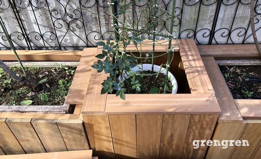 ハードウッドでつくった鉢植えカバーの笠木をつけて設置したところ