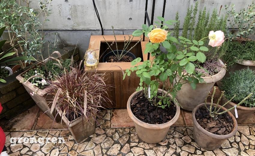 ガーデンライトを設置してあるハードウッドの鉢植えカバー