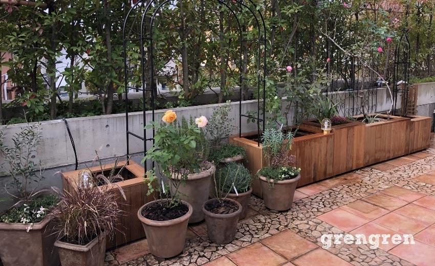 世田谷ローズガーデンに配置したアイアンアーチと鉢植えとバラを主役とした植物たち