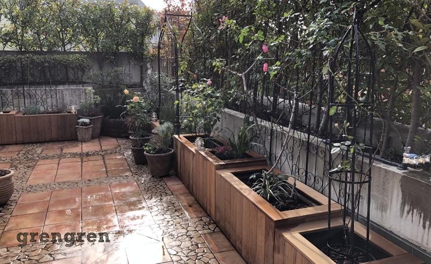 ハードウッドの鉢植えカバーが連続して配置してある世田谷ローズガーデン