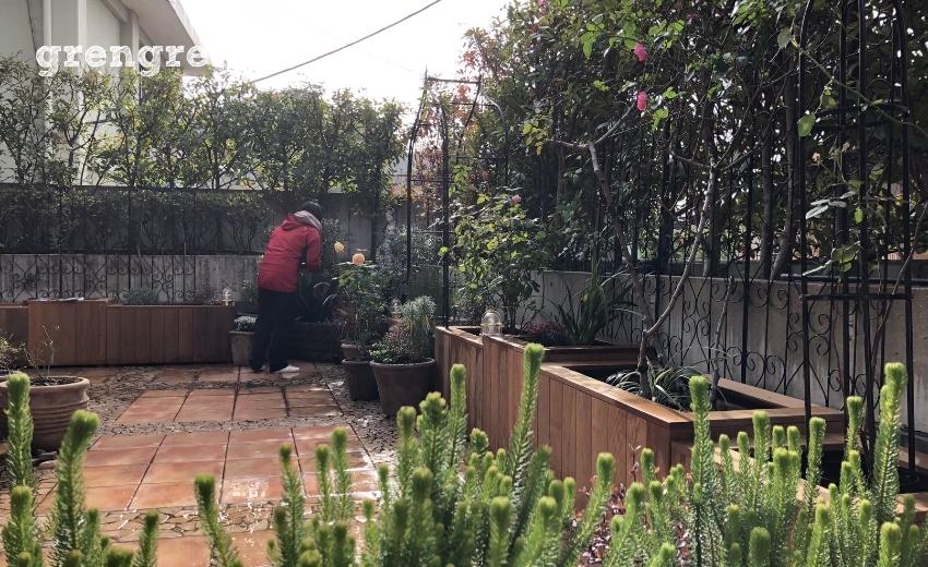 バラや植物に名札をつける職人さんと完工まじかのお庭