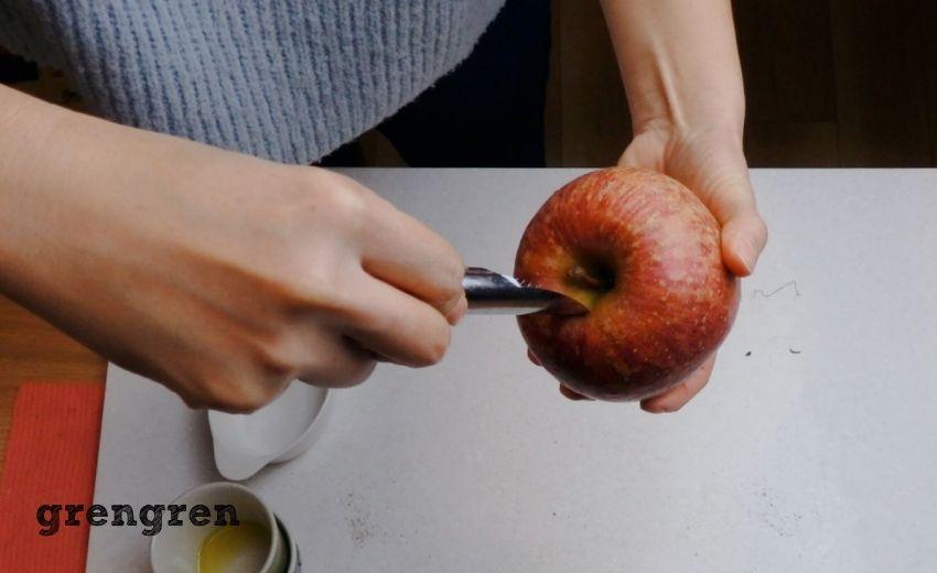 芯をくり抜く道具でりんごの芯をくり抜く