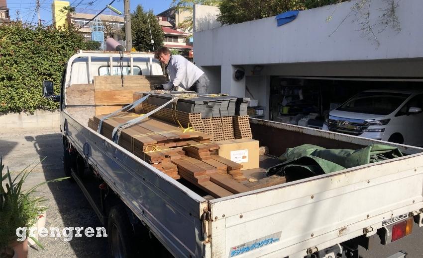 世田谷区のローズガーデンの庭づくりのための材料の配送と搬入