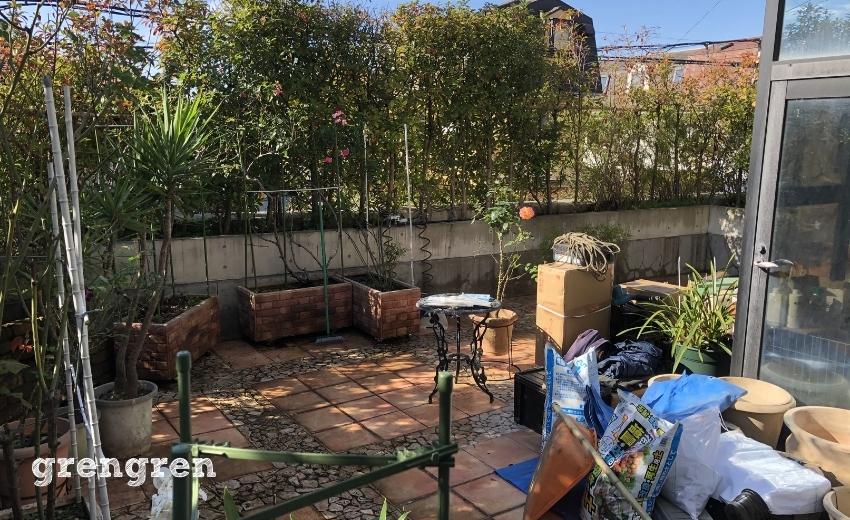 資材を搬入した世田谷区のローズガーデンの庭づくり