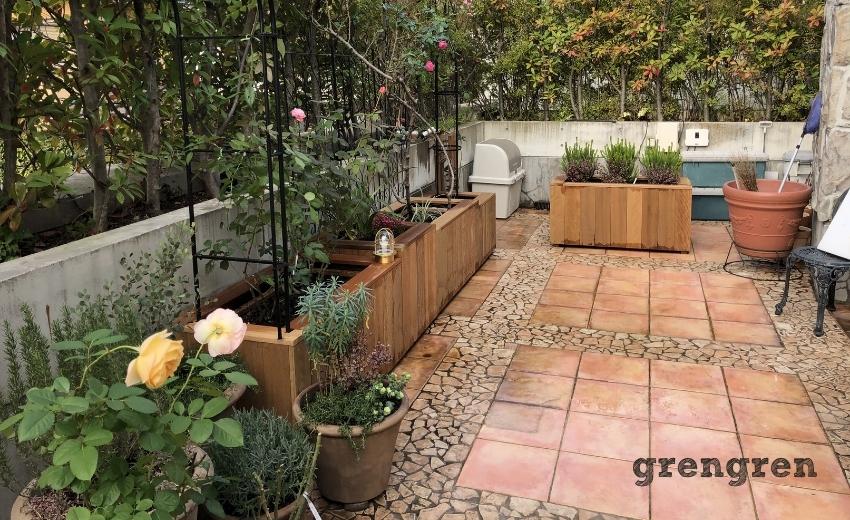 鉢植えカバーとガーデンライトある庭