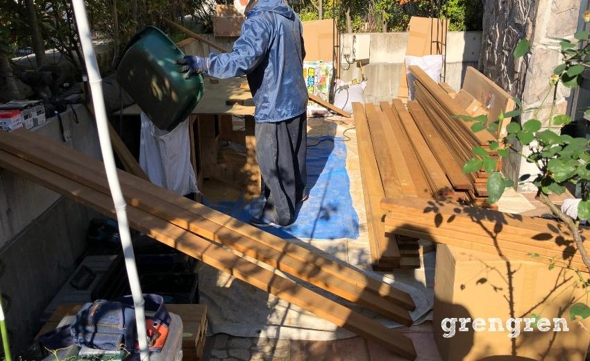 世田谷区の庭づくりで職人さんが材木を予定の長さに切り出している様子
