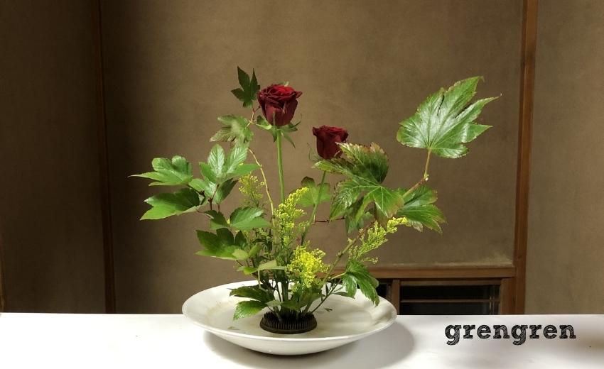 上手く空間づくりが出来ているバラとソリダコとキイチゴの池坊の自由花