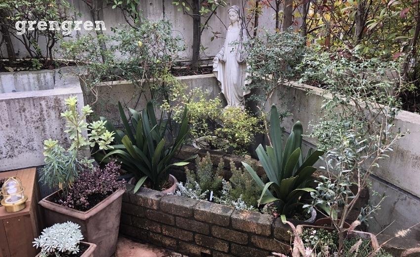 お庭を角に配置された女神像と植栽した植物たち