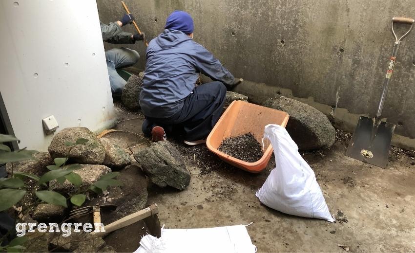 世田谷区の個人邸の中庭を綺麗に掃除する職人