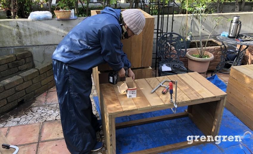 バラを育てるためのハードウッドの鉢植えカバー