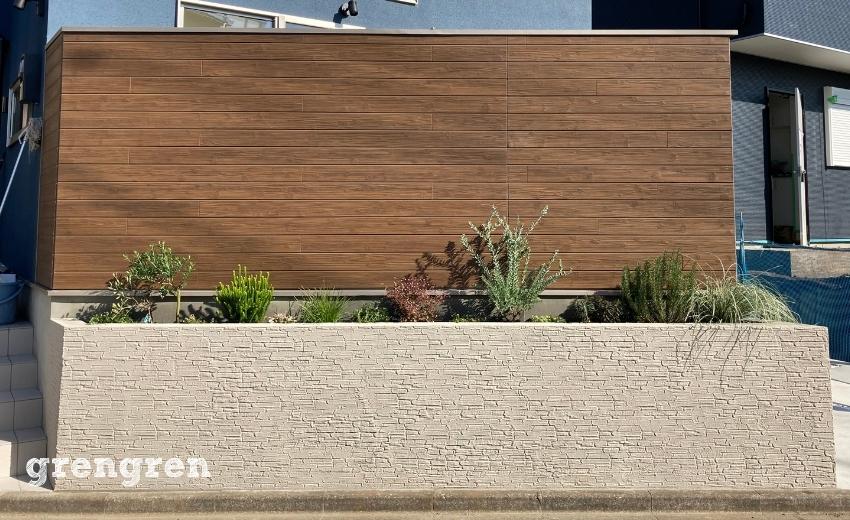 植栽作業が完工した狛江市の新築住宅の花壇