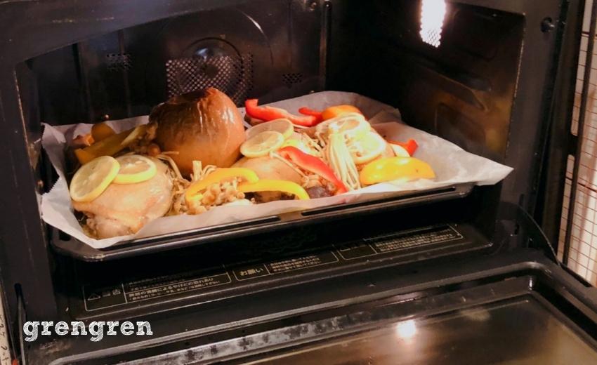 丸ごとりんごとハーブチキンが焼きあがってオーブンから出したところ