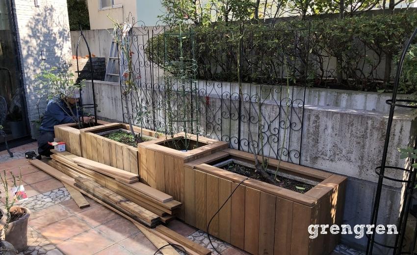 世田谷ローズガーデンの鉢植えカバーの組み立てと設置