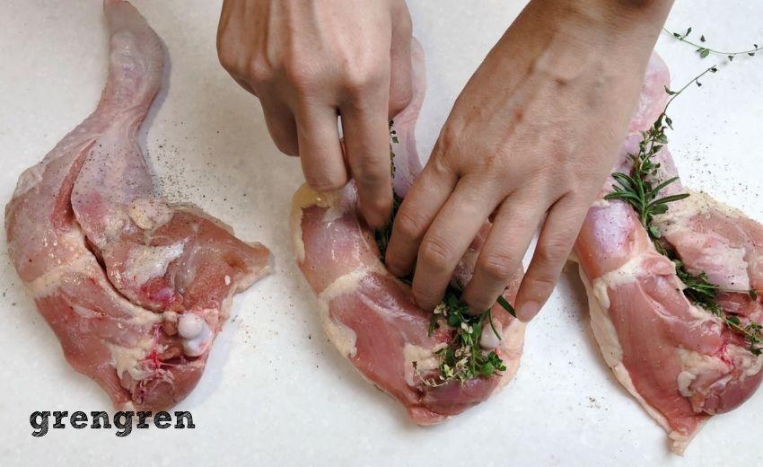 鶏もも肉にハーブを挟み込みこんでいる工程